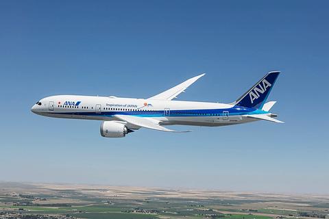 滑走路から離陸後、急上昇! ファンボロー国際航空ショーで飛行するANA ...