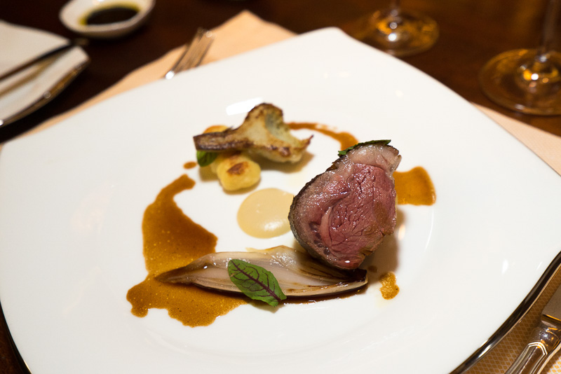 メイン料理の肉系。「Rack of Lamb, Kratiem Garlic Cream, Potato Dumplings, Artichoke, Shallots」。ラムのロースト