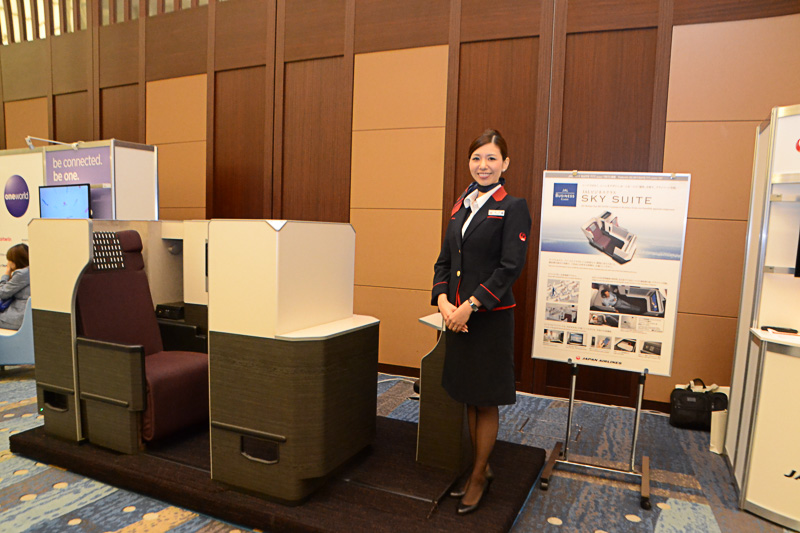 JALのブースでは、個室感覚でゆったり過ごせる「JAL SKY SUITE」(SS7/SS9用)を展示