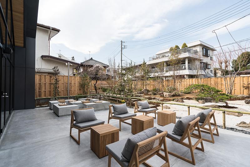 テラス席と庭園を斜め方向に望む