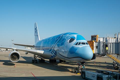 【航空】ANAのエアバス A380型機「FLYING HONU」就航。ゲートでは式典や記念品配布