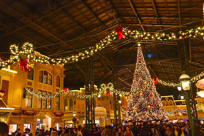 ディズニーのクリスマスツリーがjr有楽町駅前広場に登場 11月15日から12