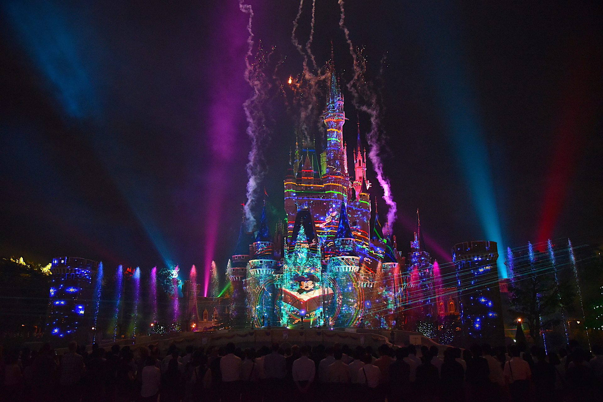 東京ディズニーランドで開園35周年を祝う史上最高のナイトタイム
